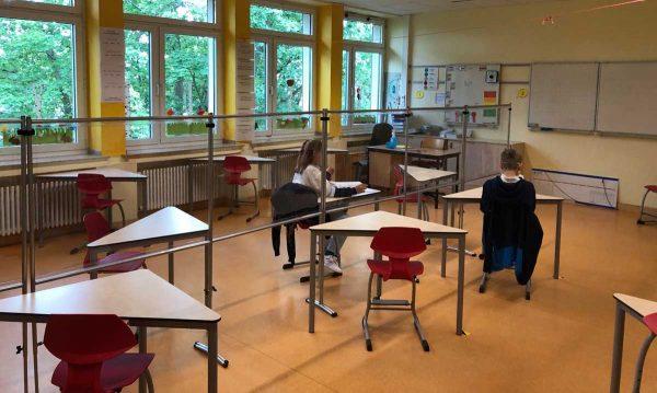 Unser SKM-Care Schutz-Aufsteller-System als Trennwände in einer Schulklasse